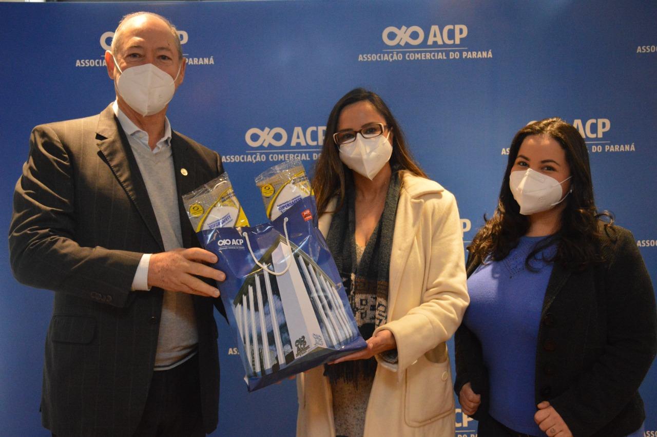 Amigos do HC recebem máscaras tipo N95 da Associação Comercial do Paraná